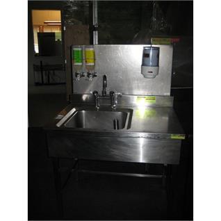 Handwaschgelegenheit mit Halterungen für
